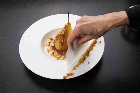 dressage des assiettes en cuisine poires pochées au chocolat saveur anisée les