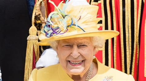 Queen Elizabeth Leaves Her COVID Bubble for First Time in 7 Months | Entertainment Tonight