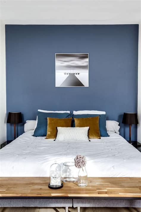chambre peinte en bleu déco salon avec mur bleu profond la chambre impose