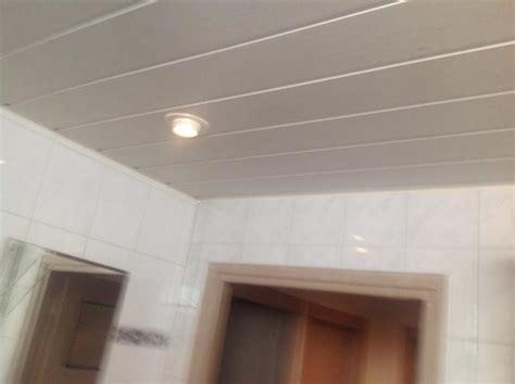 kunstof plafond plaatsen kunststof schroten plafond in badkamer werkspot
