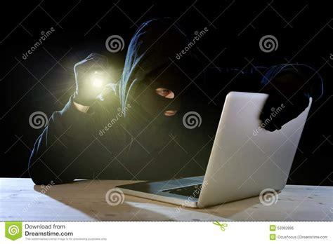 pirate informatique expert avec l ordinateur portable d ordinateur tenant la le torche