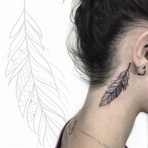 tatouage plume de paon oreille