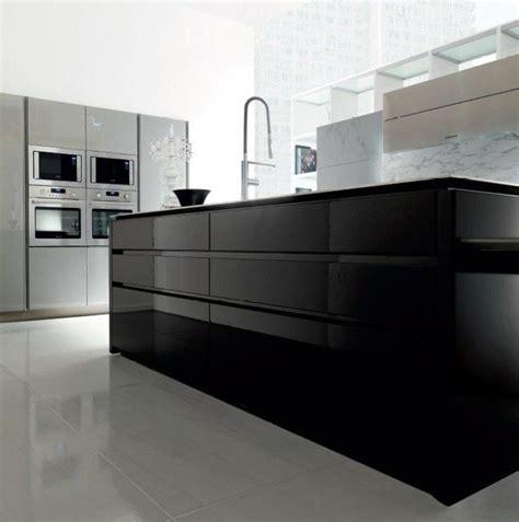 cuisine noir laqué îlot de cuisine noir laqué placards gris taupe et