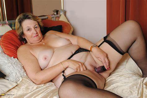 Retro Solo Braids Lesbians Large Mama Fisting With Her Juicy Cooch