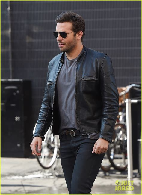 Bradley Cooper Makes A Mad Dash Down The Street For His Latest Film! Photo 3172346 Bradley