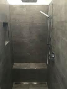 badezimmer neu fliesen begehbare dusche graue fliesen in betonoptik geflieste sitzbank unsere renovierte wohnung