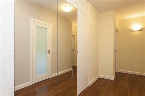 placard haut cuisine poser un miroir sur une porte de placard pratique fr