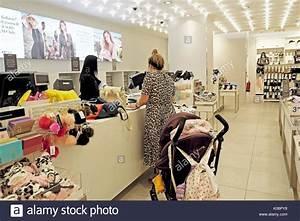 An Der Kasse : frau in einem leopardenfell muster sommer kleid shopping mit einem baby buggy bezahlen an der ~ Orissabook.com Haus und Dekorationen