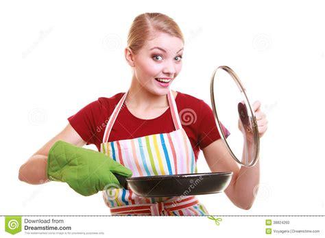 femme chef cuisine chef de femme au foyer dans le tablier de cuisine avec la