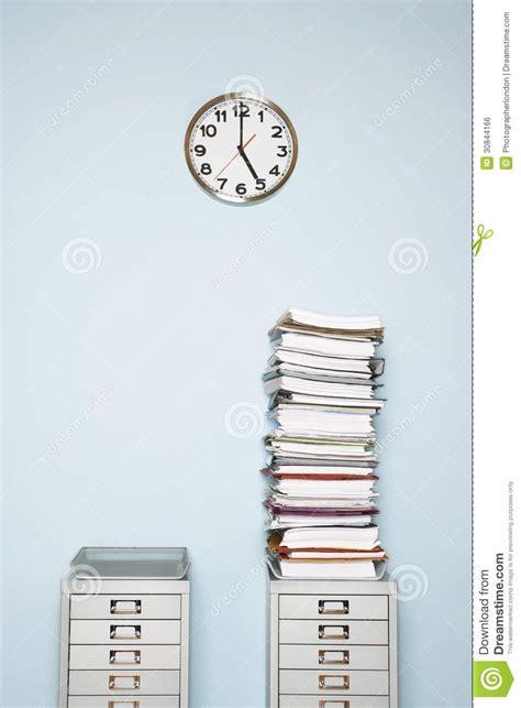 le de bureau à pile le mur de bureau avec la pile d 39 horloge d 39 écritures outbox