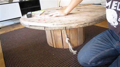 sadan laver man  sejt sofabord af en gammel kabeltromle