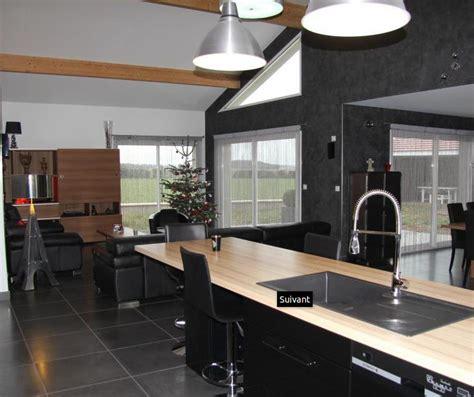 ilot central cuisine avec evier grande cuisine avec évier sur îlot central et chaises de bar