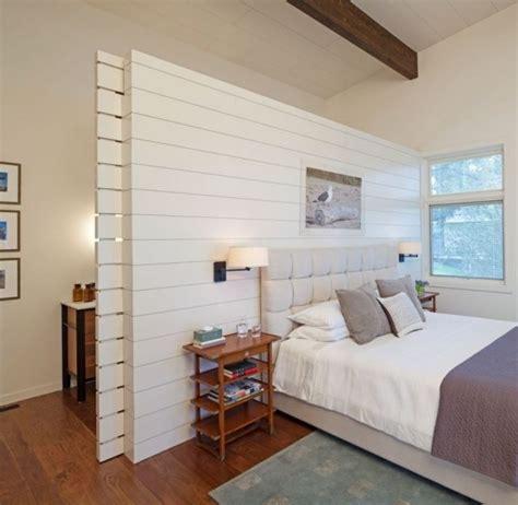 schlafzimmer ideen reihenhaus schlafzimmergestaltung idee holzwand raumteiler schiebet 252 r