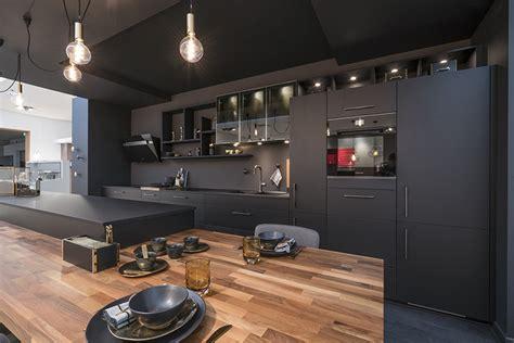 des cuisines en bois couleur tendance en cuisine osez le noir mobalpa