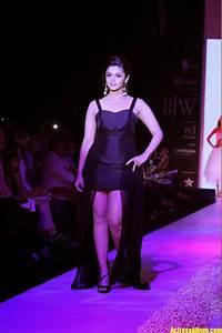 alia bhatt r walk photos in black dress
