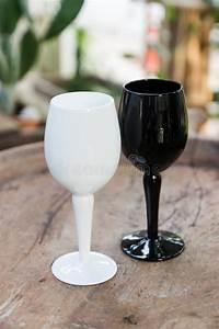 Verre A Vin Noir : verre de vin noir et blanc image stock image du wineglass 53454361 ~ Teatrodelosmanantiales.com Idées de Décoration