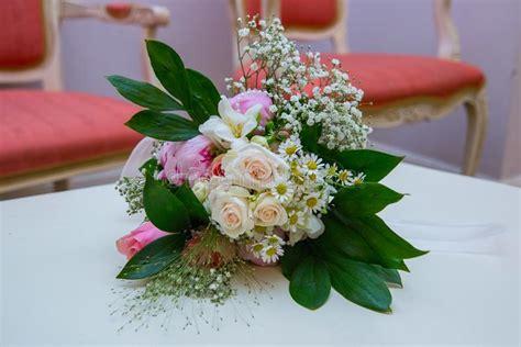 Consegna fiori bianchi a domicilio: Fiori Bianchi Con Un Centro Giallo Plumeria Fotografia Stock - Immagine di bello, colorize: 54767716
