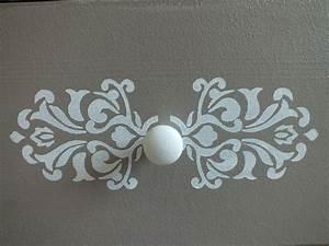 Faire Un Pochoir : peindre au pochoir sur un meuble relooker un meuble ~ Premium-room.com Idées de Décoration