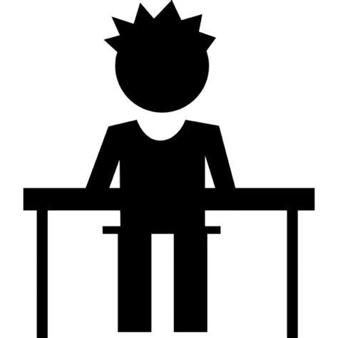 bureau des plaintes élève en classe assis sur une chaise à bureau