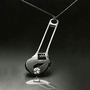Voyant Clé à Molette : une cl molette dans l exposition medusa the french jewelry post by sandrine merle ~ Medecine-chirurgie-esthetiques.com Avis de Voitures