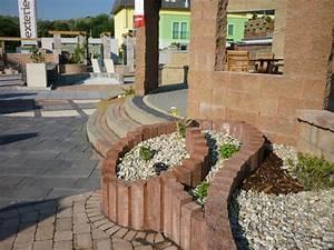 Parterre De Fleur Avec Cailloux : parterre de fleurs sur lev et mur v g talis en parpaings ~ Melissatoandfro.com Idées de Décoration