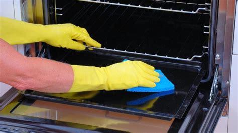eingebrannten backofen reinigen backofen reinigen diese hausmittel helfen