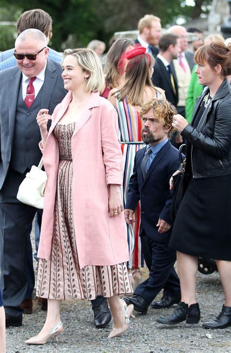 Emilia Clarke y su desconcertante 'look' en la boda de ...