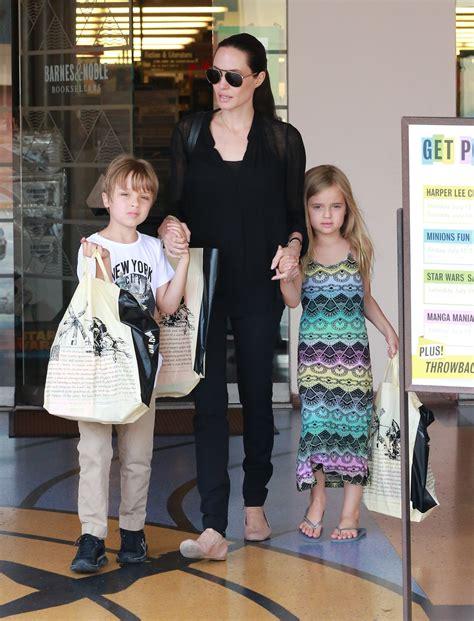 Zēnu drēbēs sākusi ģērbties arī Andželinas Džolijas jaunākā meita - Jauns.lv
