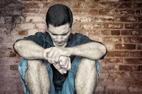 imagem de grunge de um jovem solitario  deprimido stock