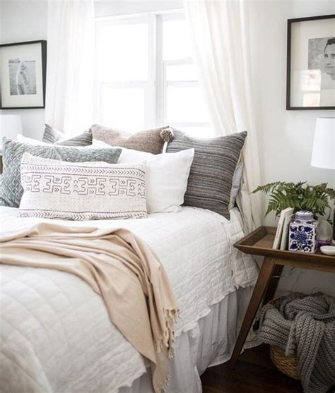 White Accent Pillows For Bed by White Bedding With Accent Pillows Bedroom Ideals In 2019