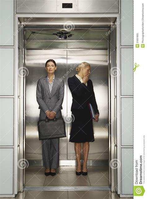 femmes d 39 affaires dans l 39 ascenseur de bureau photo libre