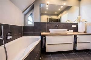 Badezimmer Weiß Grau : badezimmergestaltung mit dachschr nge minibagno mainz ~ Markanthonyermac.com Haus und Dekorationen