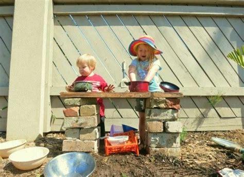 les enfants en cuisine la cuisine en bois enfant une activité ludique pour l été