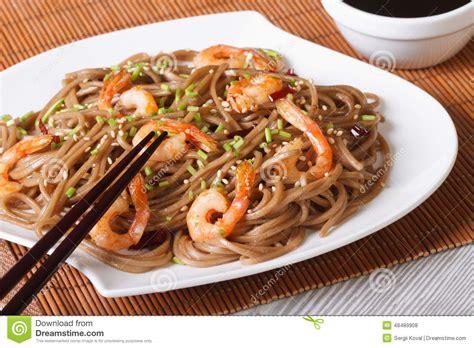 cuisine arras nouilles japonaises de soba de sarrasin avec la crevette