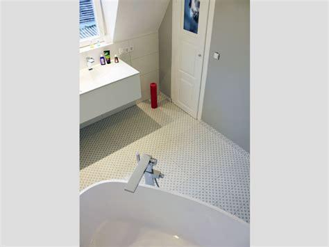 kleines badezimmer mit der freistehenden badewanne varese