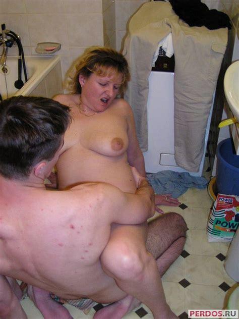 Мать трахается с сыном в ванной 19 порно фото смотри