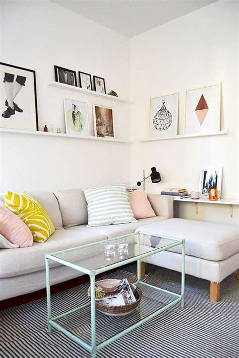 etageres cadres coussins pastels dessus de canape