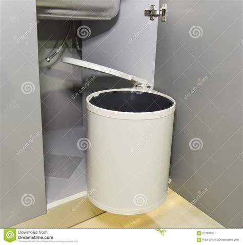 poubelle de porte cuisine poubelle de déchets accrochant sur la porte de placard de cuisine photo stock image 67287100