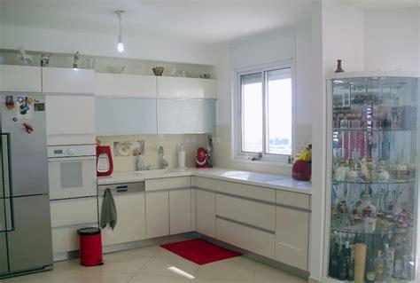 Мусорное ведро на кухне спрятать в шкаф или нет?