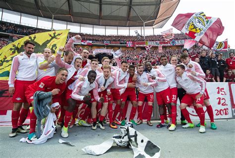 V., commonly known as rb leipzig or informally as red bull leipzig, is a german professional football club based in leipzig, saxony. Hertha beschenkt Klassenfeind: RB Leipzig macht jetzt auf ...