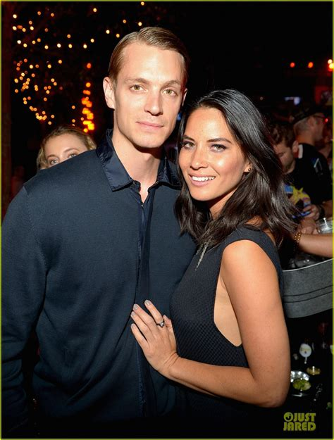 joel kinnaman y su esposa olivia munn joel kinnaman kick ass 2 party at comic con