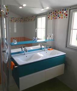 un meuble bleu et blanc pour une salle de bains coloree With salle de bain bleu et blanc