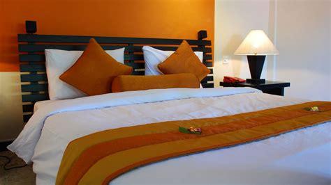 decorar el dormitorio  el color naranja
