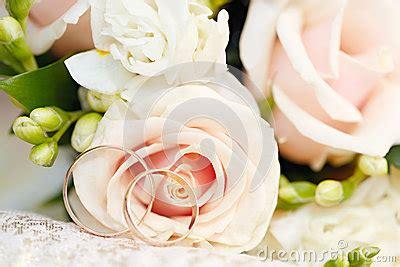 anneaux de mariage anneaux de mariage d 39 or sur le bouquet des fleurs pour la mariée photo stock image 55521569