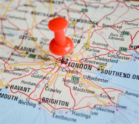 Check out information about the destination: Nahaufnahme der Stadtkarte von London mit roter Nadel ...