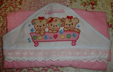yasmin toalha de capuz  bebe bordada em ponto cruz  acabamento em bordado ingles