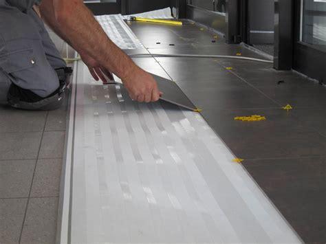 piastrelle posa a secco come rivestire le superfici senza demolire