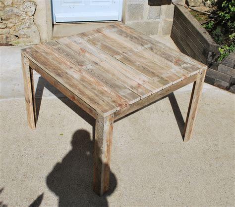 table de cuisine carree table de jardin en bois palettes recyclées meubles et