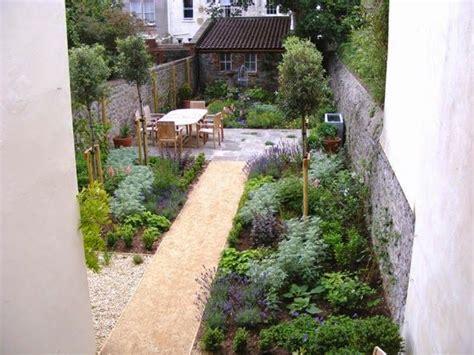 thin garden design  outdoor room   middle