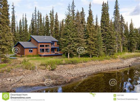 Haus Im Wald Durch Fluss Stockbild Bild Von Fassade